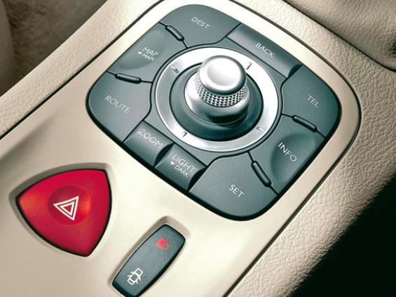Der Joystick im Renault Espace Laguna kann zusätzlich zu den Richtungen auch in Rotation bewegt werden und bietet durch sein Drehrad zahlreiche weitere Funktionsmöglichkeiten (siehe auch ›Scrollrad, Drehrad‹).