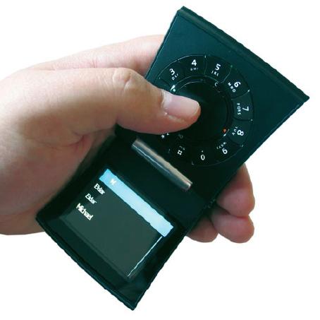 Die Abbildung zeigt das Mobiltelefon richtig herum. Das Display befindet sich in der Tat auf der unteren Klappe (Foto: www.mobile-review.com).