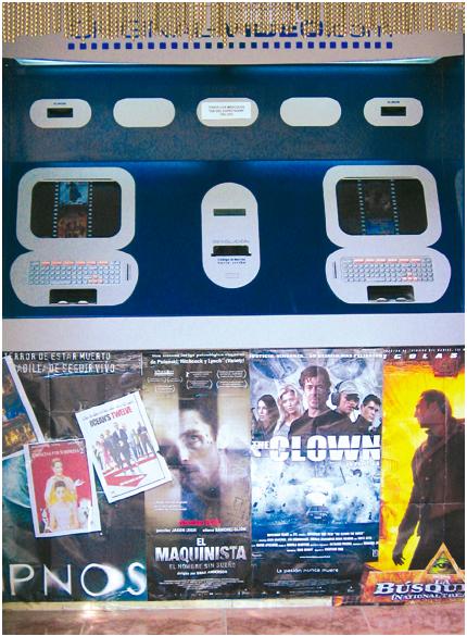 Zur Dialogoberfläche dieses Automaten zum Ausleihen von DVDs gehören nicht nur die Automaten selbst, sondern ebenso die Kino-Plakate, da erst sie vermitteln, was die Automaten anbieten. Auch nur sie wirken, im Gegensatz zu den Automaten, animierend und regen zur Nutzung der Automaten an (Mallorca, Foto: Torsten Stapelkamp).
