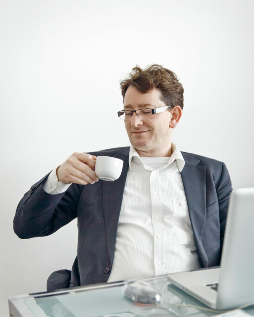 Torsten Stapelkamp beim Kaffeetrinken im Buero