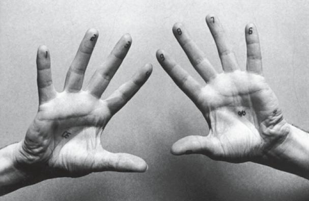Die Hand als Interface am Beispiel des ›Fingerelektronischen Handrechners‹ der Gruppe Kunstflug, gezeigt in der Ausstellung ›Design heute‹, im Deutsches Architektur Museum Frankfurt am Main, 1986 (Foto: Walter Vogel).